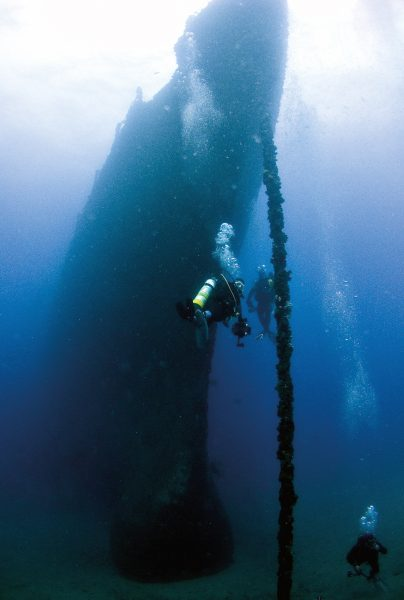 3-divers-on-bow-of-ship-web