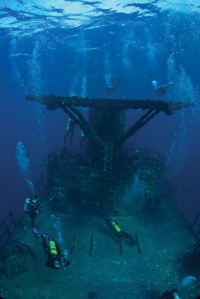 divers-dropping-in-hmas-brisbane-web